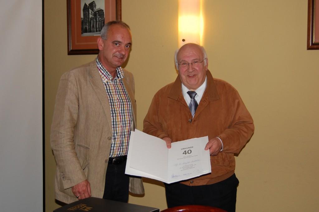 Claus Piedmont und Prof. Dr. Manfred Matschke mit der Urkunde zum Mitgliedschaftsjubiläum sowie der Theodor Heuss Medaille